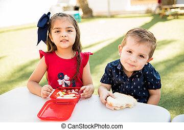 kleuterschool, vrienden, eten samen, etentje
