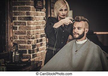 klient, besuchen, hairstylist, in, frisörgeschäft