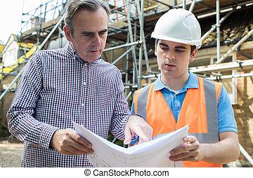 klient, budowniczy, dyskutując, plany, umiejscawiać