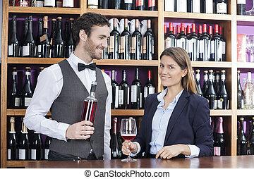 klient, kantor, kelner, czerwone wino