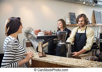 klient, kawa, patrząc, zrobienie, bar samoobsługowy, baristas
