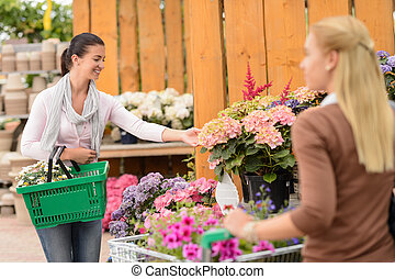 klient, kobieta shopping, kwiaty, w, ogrodowy środek