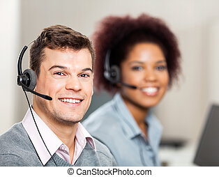 klient służba przedstawiciel, z, kolega, pracujący, w, biuro