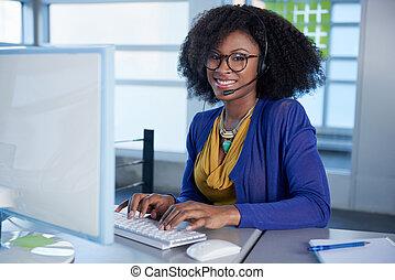 klient, słuchawki, służba, komputer, reprezentant, portret, używając, uśmiechanie się, afro