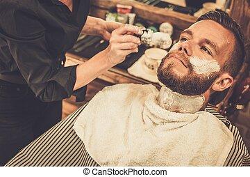 klient, während, bart, rasieren, in, frisörgeschäft