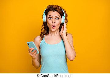 klingen, gelber , kühl, tragen, lieder, öffnung geöffnet, kopfhörer, beiläufig, tank-oberteil, foto, dame, lustiges, populär, guten, hintergrund, telefon, beschwingt, hübsch, farbe, hören, krickente, stimmung, freigestellt, halten