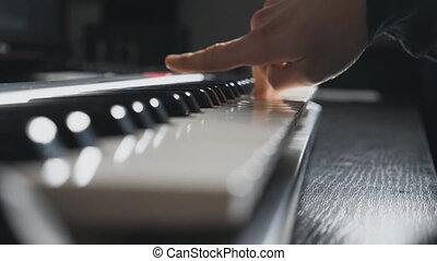 klingen, langsam, keys., arbeit, auf, finger, bewegung, synthesizer, studio., drücken, piano., hände, schließen, mann, spielende , seite, pianist, ansicht