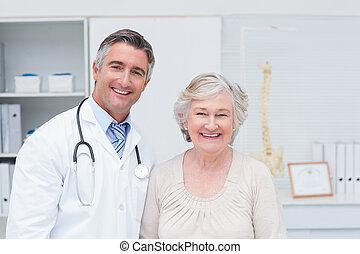 klinik, läkare, kvinnlig, manlig, tålmodig, lycklig