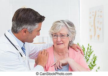 klinika, orvos, türelmes, idősebb ember, vigasztal