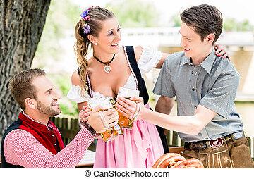 klirrande, öl glasögon, vänner, beergarden
