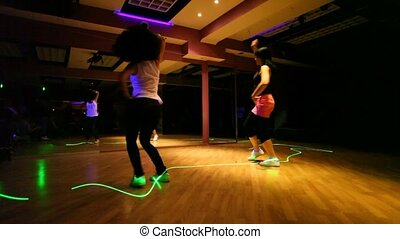 klub, 2 dziewczyny, taniec