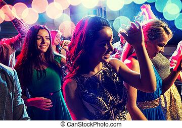klub, uśmiechanie się, przyjaciele, taniec