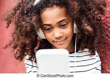 klug, m�dchen, amerikanische , earphones., telefon, afrikanisch, schöne
