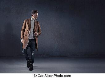 klug, stilvoll, kerl, tragen, ein, herbst, mantel