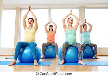 klumpa ihop sig, gravid, gymnastiksal, sittande, övning, kvinnor