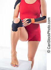 knee., leg., ακουμπώ , φυσιοθεραπεία , αθλητής , γυναίκα , τένοντας , ταινία , δικός του , injuries., αρθρώσεις , εναλλακτικός , φλόγωση , μεταχείρηση , άρθρωση , χρόνιος , ιατρικός