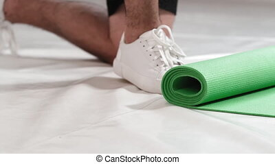 knie, klopfen, matte, unwinded, lustig, junger mann, sports., starke , filmmeter, putzen, boden, athletische, 4k, ort, nach, stehende , fuß, nächste, rolle, gym., training., physisch