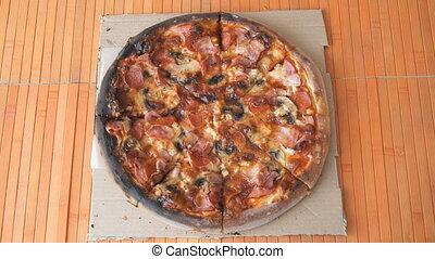 knife-roller, table, découpage, pizza, utilisation