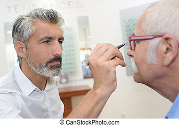 knowing the center of eyeglasses