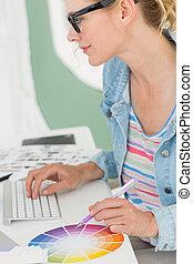 koło, projektant, pracujący, jej, barwa, biurko, używając, szczęśliwy