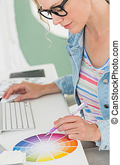 koło, projektant, pracujący, jej, barwa, biurko, używając, uśmiechanie się