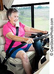 koło, starsza kobieta, za