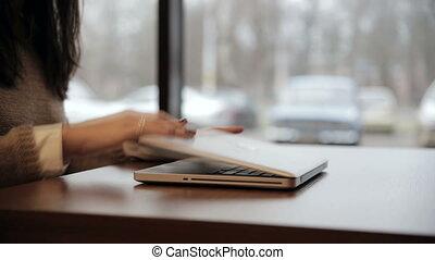 końce, laptop, kobieta, idzie, poza