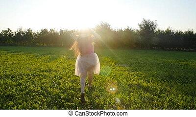 kobieta, łąka, młody, wyścigi, zachód słońca, outdoors