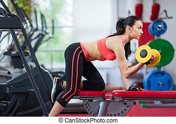 kobieta, środek, wykonując, sala gimnastyczna, stosowność, sport