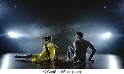 kobieta, żółty strój, zabawny, razem, taniec, muzyczny, ...