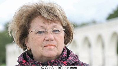 kobieta, 60ą, dorosły, outdoors, portret, uśmiechanie się, sędziwy