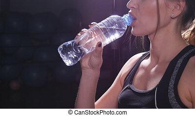 kobieta, atak, sala gimnastyczna, młody, woda, picie