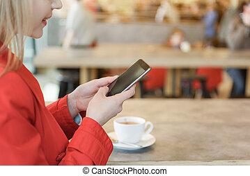 kobieta, beztroski, młody, smartphone, używając, bar samoobsługowy
