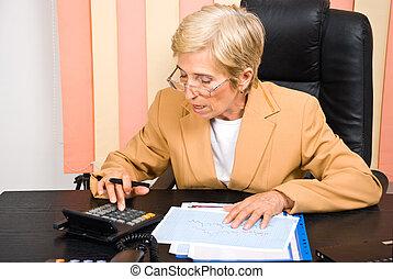 kobieta, biuro, handlowy, kalkulator, używając, senior
