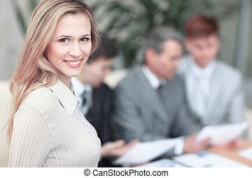 kobieta, biuro, handlowy, pomyślny, młody, zamazane tło