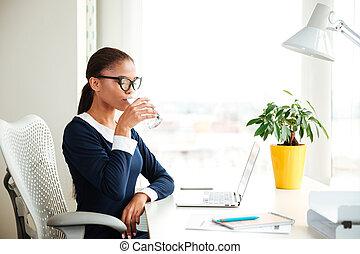 kobieta, biuro, handlowy, woda, afrykanin, picie