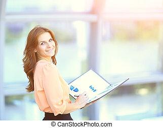 kobieta, biuro, handlowy, wykresy, pociągający, dzierżawa falcownik, wykresy