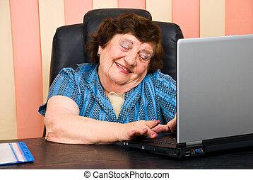 kobieta, biuro, laptop, starszy, zabawa, havinf