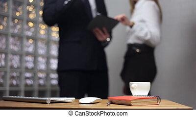 kobieta, biuro, mówiąc, dokumenty, tło, stół, człowiek