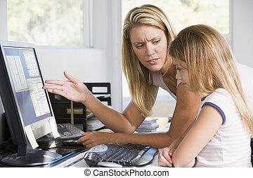 kobieta, biuro, młody, nieszczęśliwy, patrząc, komputer, dom, dziewczyna