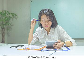 kobieta, biuro, myślenie, kalkulator, asian, używając