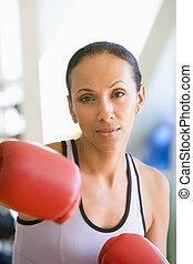 kobieta, boks, na, sala gimnastyczna