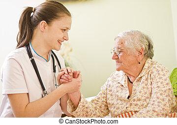 kobieta, chory, jej, doktor, odwiedzając, -, młody, /, socialising, mówiąc, starszy, dzierżawa, pielęgnować, jej, hands.