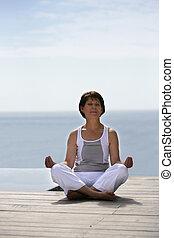 kobieta, czyn, yoga, przez, przedimek określony przed...