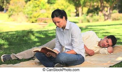 kobieta czytanie książka, w, niejaki, park