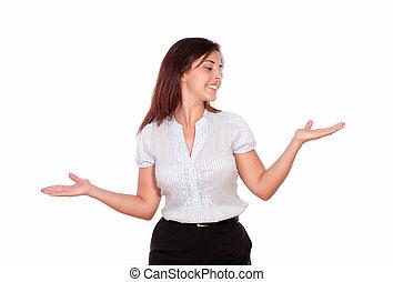kobieta, dłonie do góry, patrząc, uśmiechanie się, lewa strona