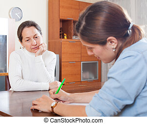 kobieta, dojrzały, pracownik, efekty uboczne, smutny, pytania, odpowiedź