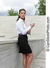 kobieta, dokumenty, stoi, handlowy, ręka
