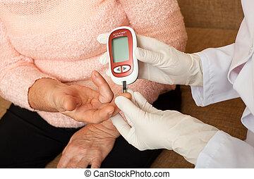kobieta, doprowadzenia, starszy, cukier, badanie krwi, ...