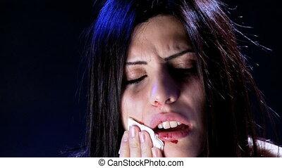 kobieta, dotykanie, stłuczenie, krew